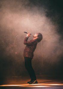 Uomo cantante palco